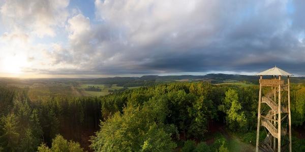 Wald- und Quellengebiete sowie herrliche Aussichten prägen den Ahornweg