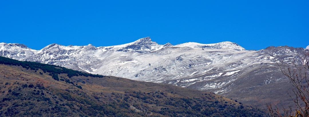 Vista panorámica de Sierra Nevada con el Mulhacén de fondo, el pico más alto de la península Ibérica