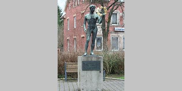 Arnold-Denkmal (1950 zu Ehren des Geheimen Kommerzienrates und Neustadter Ehrenbürgers Max Oscar Arnold eingeweiht)