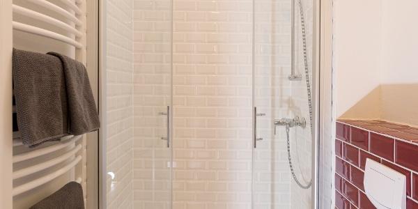 Mit viel Licht durchflutetes Badezimmer mit Dusche
