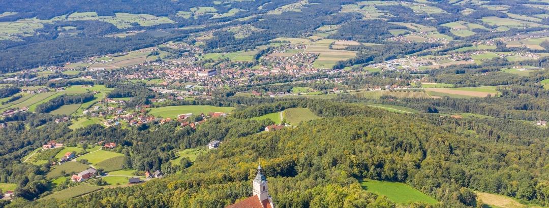 Landschaft: Wallfahrtskirche Pöllauberg und Blick ins Tal