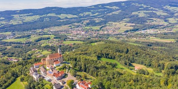 Wallfahrtskirche Pöllauberg und Blick ins Tal