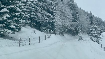 Die Zufahrtsstraße ist im Hochwinter oft schneebedeckt. Schneeketten sind normalerweise nicht notwendig.