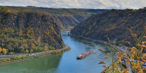 Loreleyblick bei St. Goar-Biebernheim mit Blick auf die Rheinschleife entlang des Felsens