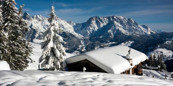 Blick über die Skihütte zum Hochkönig