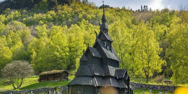 Borgund stavkyrkje ligg flott til i det vesle lokalsamfunnet Borgund.