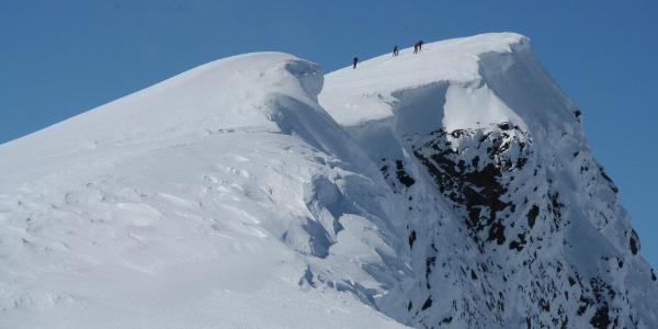 Glittertind er ein fin skitopp om våren og en flott fjelltur om sommeren. På Toppen ligger det snø hele året.