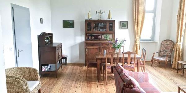 großes helles Wohnzimmer mit stilvoller Einrichtung