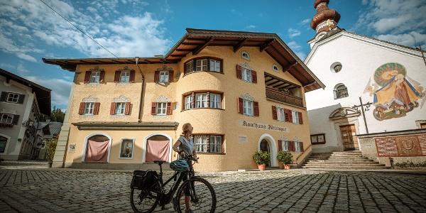 Marktplatz Lofer mit Radfahrerin