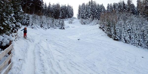 Aufstiegsspur am Rande der Piste (bei geringer Schneelage)