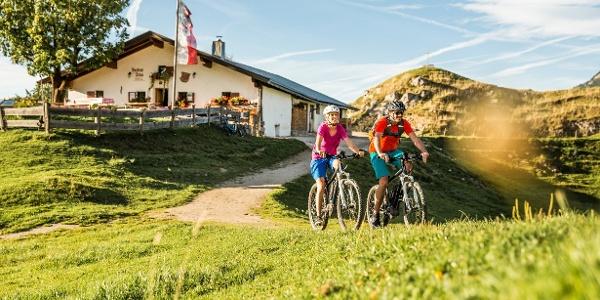E-Bike Fahrer auf der Huberalm in den Kitzbüheler Alpen