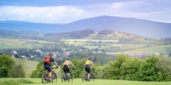 Blick auf die Gipfel Klinovec und Fichtelberg