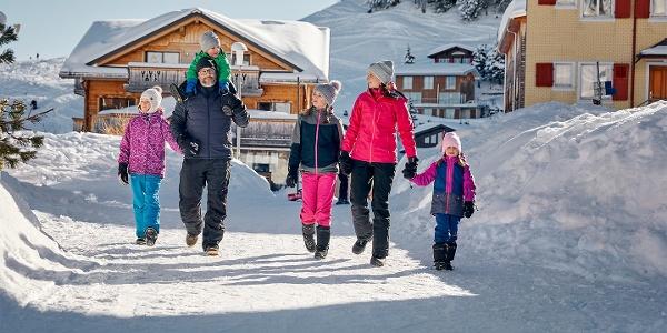 Familie am Winterwandern, Dorf Stoos