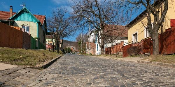Hangulatos, macskaköves utcákon közelítjük meg az erdő határát Nagymaroson