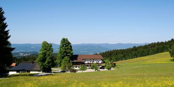Berggasthof Markbuchen mit Blick zum Bayerwald-Hauptkamm