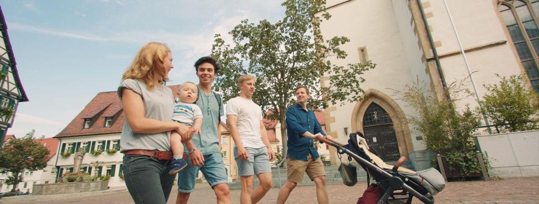 Familie mit Kinderwagen Stadtrundgang Pfullingen