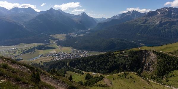 Blick runter auf die Dörfer Celerina und Pontresina