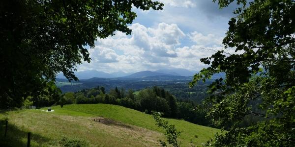 Oberhalb von Fentberg öffnet sich ein schöner Ausblick auf das Mangfallgebirge.