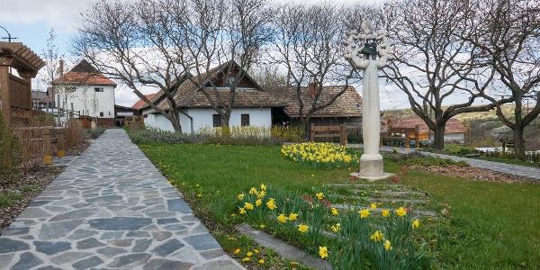 Hollókő központja tavaszi virágokkal díszítve