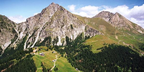 Über die Oswaldscharte führt die Wanderung zu den weiten Almhängen von Meran 2000.
