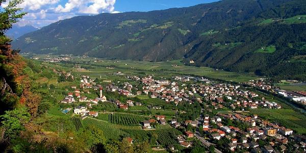 Blick auf Naturns vom Vinschgauer Sonnenberg - die Tour führt durch die 1000-Stufen-Schlucht.