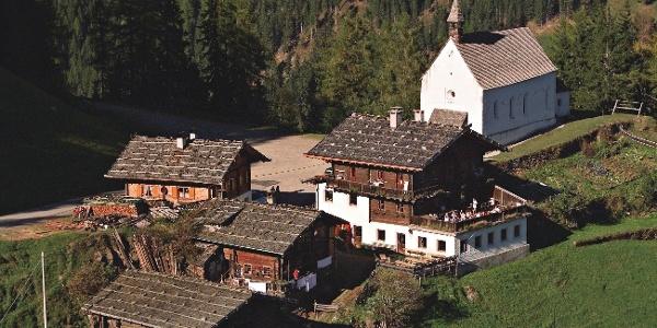 Wanderung für die ganze Familie von St. Nikolaus in Ulten zum Höhenkirchlein St. Moritz oberhalb von Kuppelwies.