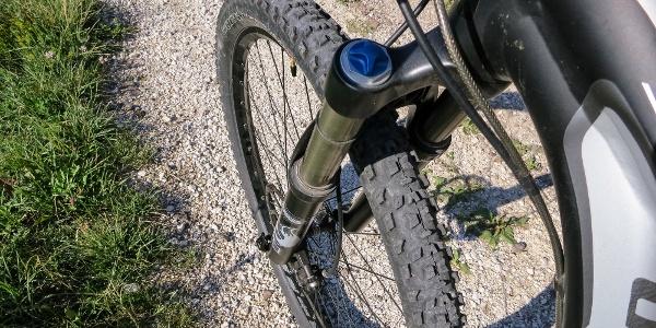 Auf einfachen, nicht asphaltierten Straßen geht es von Predazzo durch das Val di Fiemme mit dem Mountainbike.