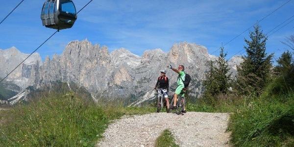 Durch das Jumelatal mit bezaubernden Aussichten mit dem Mountainbike auf die Ebene Ciampac.