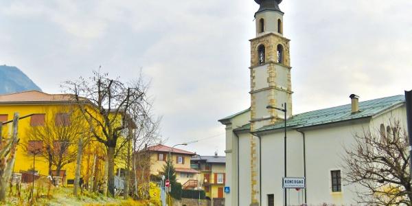 Die Stadt Roncogno erhebt sich auf einer Moränen-Terrasse entlang der alten Straße, die Trient und Pergine Valsugana verbindet.