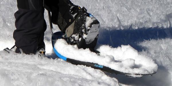 Schneeschuhwanderung mit Blick auf die mächtigen Gletscher im Schnalstal