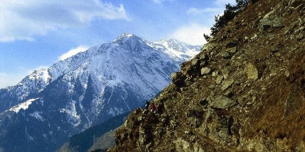 Von Dorf Tirol zur Hochmuth. Im Bild: Blick vom Vellauer Felsenweg zur Zielspitze
