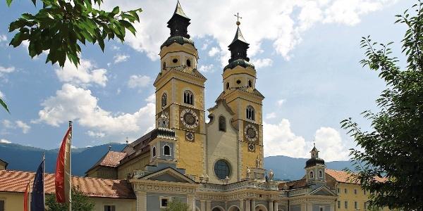 Die Radtour nach Bozen startet im Herzen der Bischofsstadt Brixen im Eisacktal. Im Bild der zweitürmige Brixner Dom.