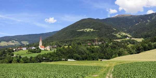 Von St. Andrä hinauf zur Wallfahrtskirche Freienbühel.