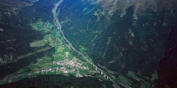 Gossensaß im Panoramablick, rechts oben an der Waldgrenze die Prantner Alm.