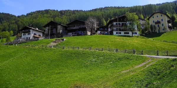 Von der Töll geht es zunächst zum beschaulichen Aschbach oberhalb der Vinschgauer Talsohle.