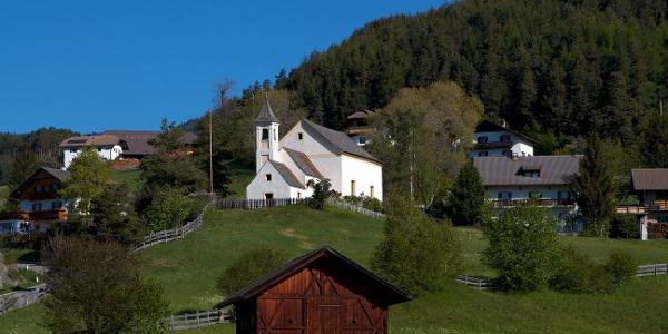 Vom Wallfahrtskirchlein Maria Saal am Ritten geht es nach Schritzenholz