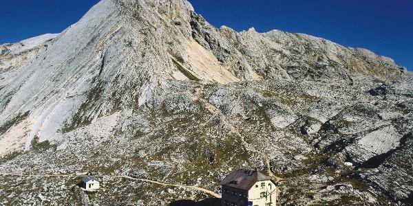 The rifugio Croda del Becco, in the back the vetta della Croda del Becco mountain.