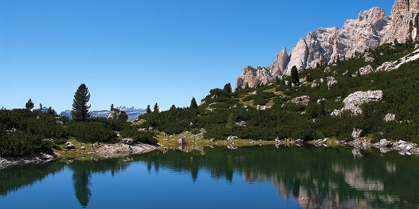 The lago Lagazuoi lake, behind it rises the Cima Lavazzè mountain.