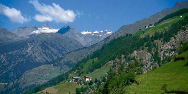 Steil ziehen sich die Bergbauernhöfe den Hang hinauf