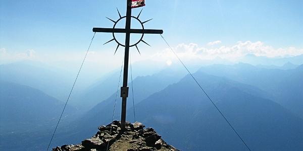 Das Gipfelkreuz auf dem Hirzer gegen die Vinschgauer Berge