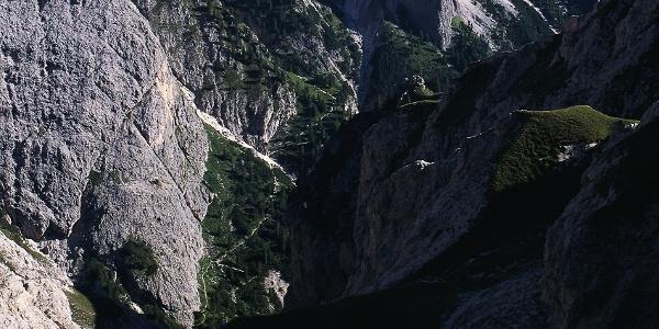 Das Bärenloch von den Hängen der Roterdspitze aus gesehen, gut ersichtlich auch der Steig zur Grasleitenhütte