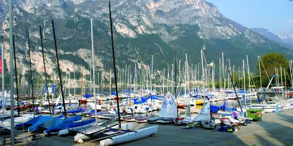 Der Hafen von San Nicolò bei Riva del Garda, Ausgangspunkt dieser Tour
