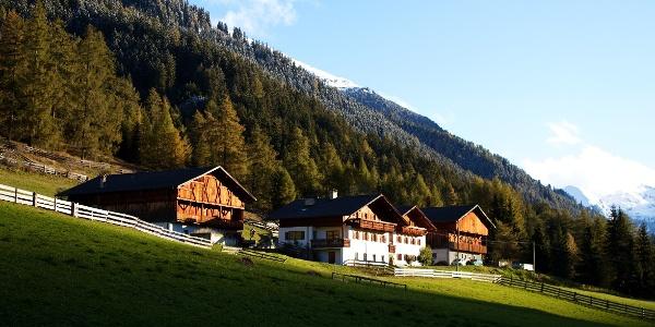 Über Trails der Extraklasse hinunter zu den Almhütten des Tristenbaches und ins Bergdörfchen Weißenbach.