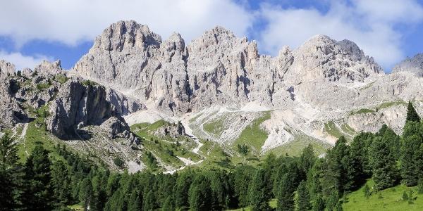 Durch schroffes Felsgestein in der Rosengartengruppe - über den Cigoladepass und das Tschagerjoch.