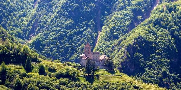 Der Südtiroler Perlenweg umfasst das ganze Eggental, Schloss Karneid bewacht den Eingang