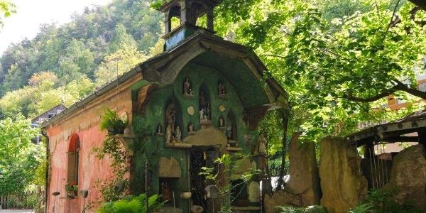 Vorbei an der Kapelle des K. u. K. Museum Bad Egart in Partschins.