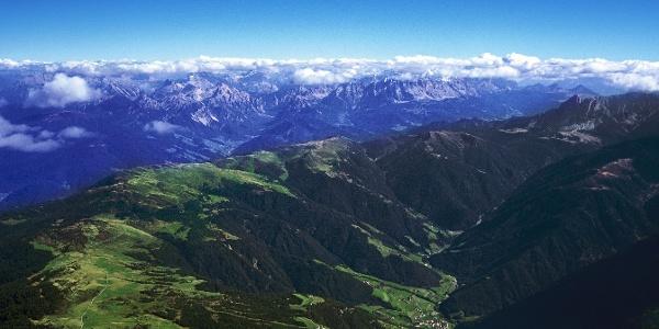 Die Rodenecker Alm, weit im Hintergrund die Pragser und Sextner Dolomiten