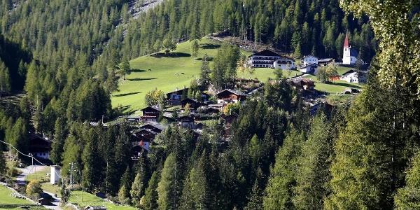 St. Gertraud im hinteren Ultental. Oberhalb davon, in der Nähe der Flatschhöfe, beginnt die Familienwanderung zu den Flatschberger Almen.