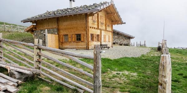 Die Marschnellalm liegt oberhalb von St. Walburg im Ultental.