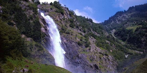 Der rund hundert Meter hohe Partschinser Wasserfall, die Wanderung führt von hier aus auf den Höhenweg.